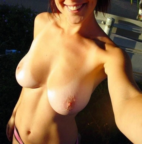 Selfie sexe d'une amatrice souriante