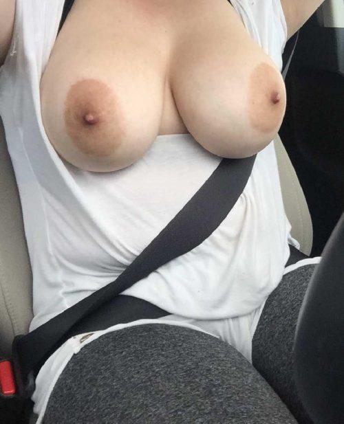 Exhibe ses boobs en voiture