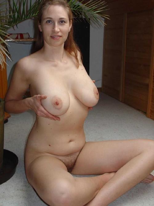 une amatrice exhibe ses énormes seins naturels