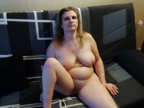 Beaux seins sur le canapé
