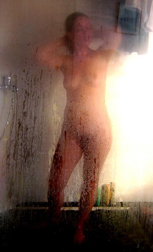 femme nue sous la douche