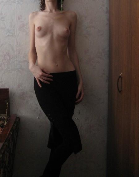 les petits seins d'une femme fine