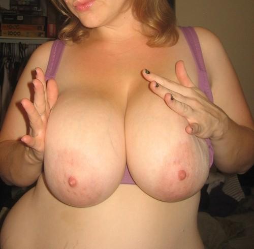 énorme poitrine d'une femme mure